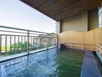 【露天風呂】柴山潟からの心地よい風を受けながらご入浴いただけます。
