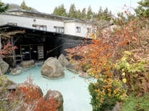 *男湯露天/秋には露天風呂内の庭園の木々が色付きます