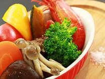 *旬のスチーム野菜はお塩でどうぞ。野菜本来の甘みを感じる一品です。 ※季節により内容は変わります