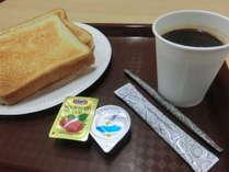 『軽朝食無料』食パン、インスタントコーヒー、紅茶のセルフサービスとなっております。