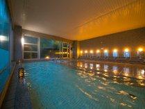 ◆大浴場◆広々とした大浴場は、大きな窓から緑の木々を眺めながらのリラックス空間