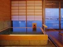 湖側がガラス張りの温泉檜展望風呂。ご入浴なさりながら宍道湖を眺められます。