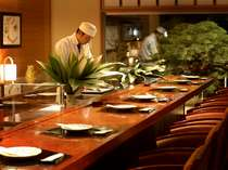 料亭のカウンターでお食事を♪調理人が調理するところを見ながら1品1品をお楽しみ下さい。