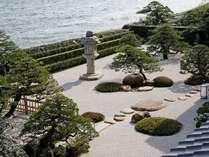 宍道湖を借景とした、枯山水式の日本庭園。お部屋から、料亭からでもお楽しみ頂けます。
