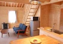 皆さんで寛いで頂けるリビングスペースにはソファとテーブル、32インチのテレビなどを備えています