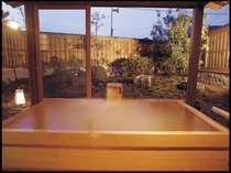 ひのき造りのゆったりとした広さの貸切露天風呂「海」
