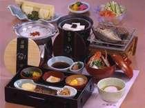 温泉を使った名物料理(温泉粥や温泉卵)、目の前で焼く魚の干物など充実の和朝食