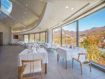 【山景を眺めるメインレストラン】紅葉の時期はまさに絶景。美しい景色を眺める食事は記憶に残る時間です