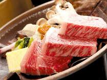【飛騨牛サーロインステーキ】お箸で切れちゃう柔らかさ!自家製の朴葉味噌を絡めて…お、美味しい!
