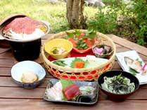 【夕食一例】国産牛・かご盛り・お蕎麦・お刺身・川魚の塩焼き等々…地元の食材をたっぷり堪能♪