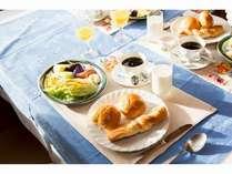 朝食のケータリング♪パンやサラダ、フルーツなどがセットになった物をお届け!