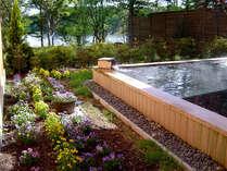 系列のホテルの露天風呂。風景を楽しみながら、お寛ぎ下さい