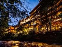 ~鶴仙渓の対岸からの外観~ 館内の照明が老舗旅館ならではの幻想的な雰囲気を演出