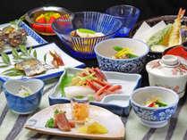 *若狭で揚がった旬の魚介類を使った約12品の会席。その日一番の素材を使うため内容は毎日変わります。