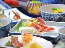 *若狭で揚がった旬の魚介類をふんだんに使った約12品の会席。夏の料理一例。お品書きは毎日変わります。