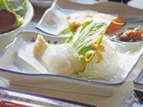*お客さまから大好評!若狭で揚がった旬のイカ刺しが付いた朝食。