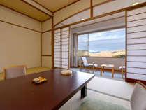 *和室12畳(客室一例)/窓際に腰かけて、雄大な秋吉台の絶景をご堪能下さい。