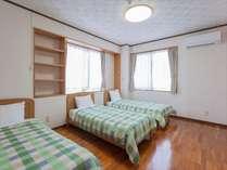 トリプルベッドルーム。寝室は全部で4つ(洋室2・和室2)ございます。