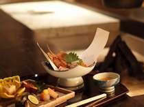 翠山亭伝承の技が光る和食会席料理。地場の食材を使用し、繊細に仕立てます(イメージ)。