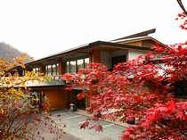 秋色に染まる頃の支笏湖はさらに静寂