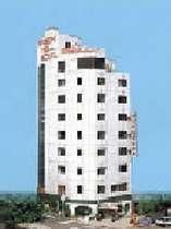 9階建てのビジネスホテル。9階に展望風呂があります。