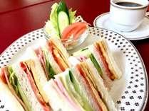 朝食:1階のレストランにて朝6時~。朝食内容は、サンドイッチ・サラダ・コーヒーなどの飲み物のセット