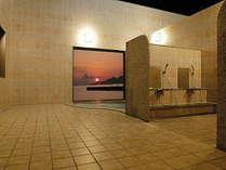 名護の海を一望できる露天大浴場。夜は2時まで営業しておりますので、のんびりと旅の疲れを癒して下さい。