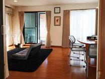 ・リビングルーム/竹久夢二の作品を眺めながらお過ごしいただくのもオススメです。