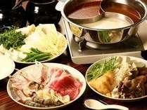 5種類のスープから3種類を選べるお肉と海鮮の薬膳火鍋