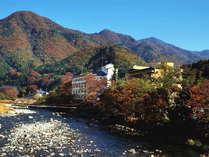 秋の外観/利根川から望む秋の風景。鮮やかに紅葉する山々を眺めます。