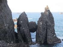 はさかり岩。と呼ばれていて真ん中の丸い岩が挟まっていて落ちないので受験のご利益も?!