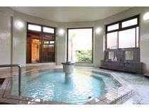 主人自慢の8角風呂にかけ流しの温泉があふれる大浴場