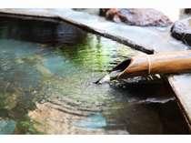 源泉からかけ流しの温泉でゆったりと旅の疲れをいやして