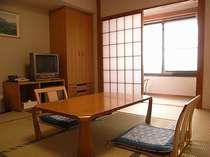 *窓より明るい光が差し込む落ち着いた雰囲気の和室(一例)。