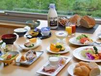 【ご朝食】高原の朝食は和・洋食メニューで約20種類。焼きたてのパンやヨーグルトが好評。