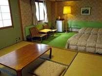 *白樺林が一望できる和洋室10畳、お休み時はベッドをお使い下さい。