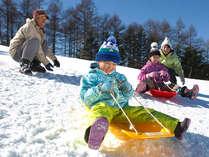 そり遊び広場には4つの珍しいソリを用意。お子さん大はしゃぎ必須の雪あそび♪