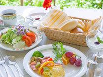 *花と緑に囲まれて、朝食です♪