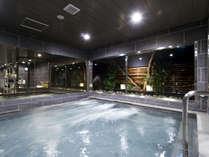 【大浴場】ゆったりと浸かれる深めの浴槽にジェットバス。湯は麦飯石人工温泉で疲労回復などにも効果あり。