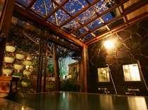 【花の湯】夜は貸切露天の庭をライトアップ。2月中旬~3月初旬は、河津桜『お花見露天』になる