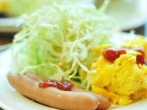 【バイキング無料朝食】スクランブルエッグやソーセージ、サラダもあります/例