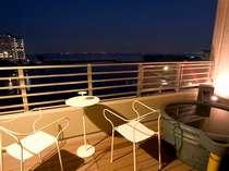夜の琵琶湖を望むびわの風の露天風呂(信楽タイプ)