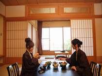 萬葉のプランでの部屋食の風景。落ち着いた雰囲気の中1品1品お出しします。