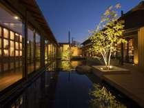 水鏡の中庭と足湯。お風呂上りに水盤を見ながら足湯を楽しむ贅沢な空間。