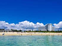楽園にふさわしい白い砂浜と澄み切ったブルー