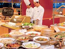 店内のパフォーマンスキッチンでは出来たてアツアツの料理をご提供。