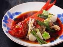 煮魚の王様:金目鯛一例。  ふっくらとした食感、少し濃いめの味付けは千倉流。別注文メニューです♪