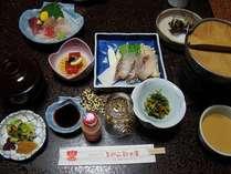 お料理一例(イメージ)。この他にお椀とご飯。ヤクルトは通常ついていません。