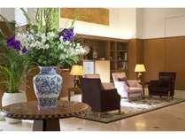 【ホテルロビー】  自然を一貫したモチーフ。心から安らぐ空間。