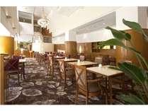 【1階レストラン】The Lounge開放感のある吹き抜けと自然光の入る明るい雰囲気。席数:50席
